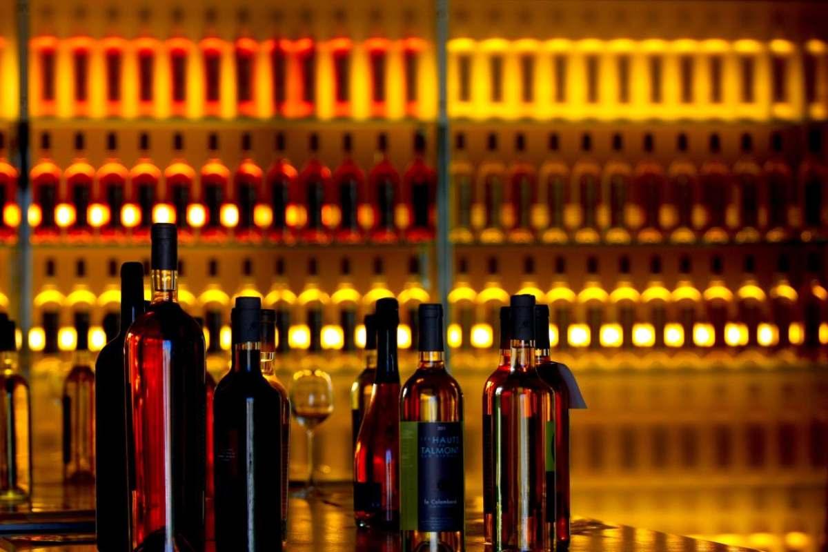 bar-flaschen-theke-mit-licht